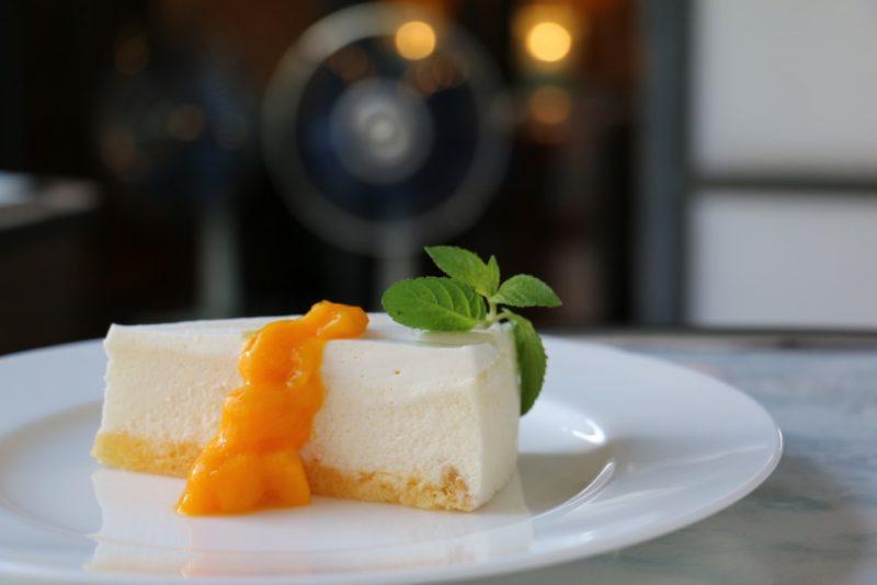 白いチーズケーキのマンゴーソース